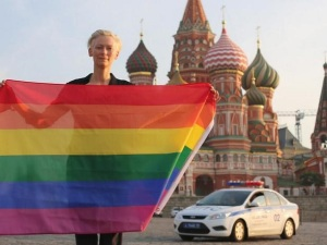 Tilda Swinton Russia Gay Pride Rainbow flag